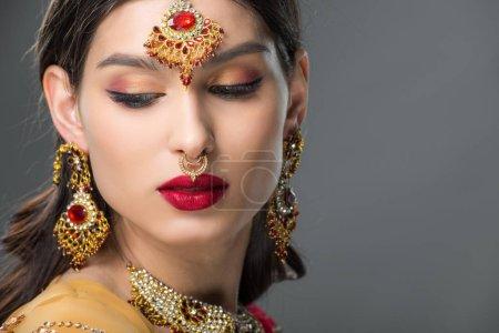 Photo pour Belle femme indienne posant en bindi traditionnel, isolée sur gris - image libre de droit