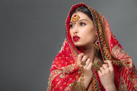 Photo pour Femme séduisante posant dans des vêtements indiens traditionnels, isolé sur gris - image libre de droit