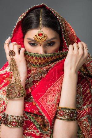 Photo pour Attrayant indien femme avec bindi fermeture visage, isolé sur gris - image libre de droit