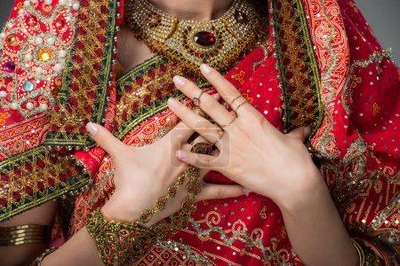 Photo pour Vue recadrée de la femme indienne posant dans des vêtements traditionnels, isolée sur gris - image libre de droit