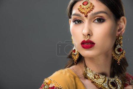Photo pour Jolie femme indienne posant en bindi traditionnel, isolée sur gris - image libre de droit