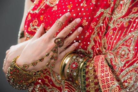 Photo pour Vue recadrée de femme indienne se présentant en costume traditionnel, isolé sur fond gris - image libre de droit