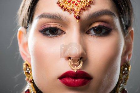 Photo pour Belle femme indienne en bindi traditionnel, isolée sur gris - image libre de droit