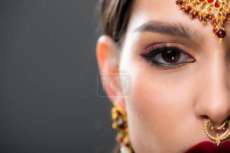 Photo pour Gros plan de belle femme indienne traditionnelle bindi, isolé sur fond gris - image libre de droit