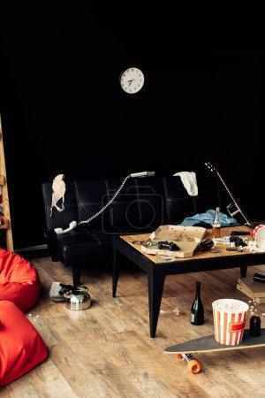 Photo pour Table basse avec la nourriture et des boissons au salon malpropre - image libre de droit