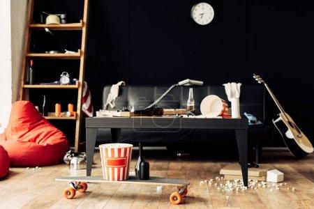 Photo pour Salle de séjour de skateboard avec la nourriture et des boissons dans le désordre - image libre de droit