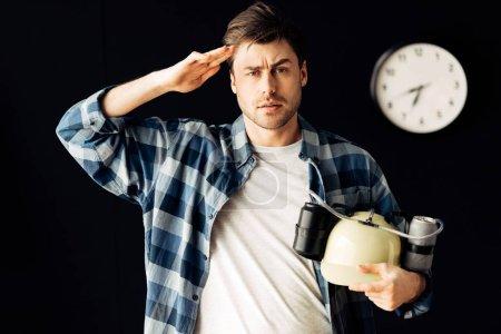 Photo pour Homme tenant casque de bière dans les mains et debout dans le salon - image libre de droit