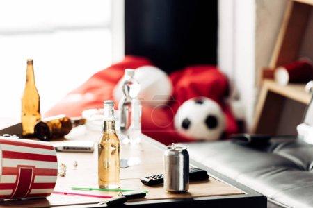 Photo pour Foyer sélectif de bouteilles avec de la bière sur la table basse - image libre de droit