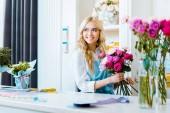 """Постер, картина, фотообои """"красивая улыбка женщины флорист Холдинг розовый букет в цветочный магазин"""""""