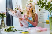 """Постер, картина, фотообои """"выборочный фокус красивых женщин флориста в очках, Организация букет в цветочный магазин"""""""