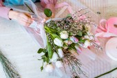"""Постер, картина, фотообои """"вид сверху женского флориста, Организация букет тюльпанов и розы на столе"""""""