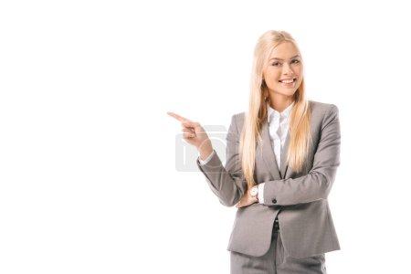 Photo pour Attrayante femme blonde souriante et montrant quelque chose isolé sur blanc - image libre de droit