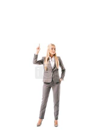 Photo pour Femme d'affaires en tenues ayant idée et pointant vers le haut, isolé sur blanc - image libre de droit