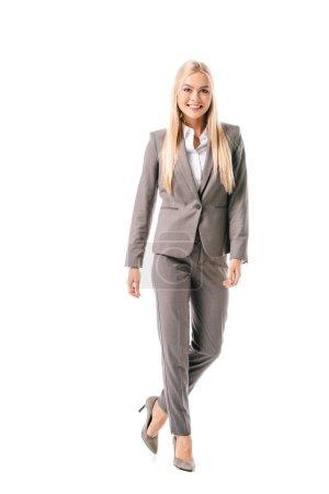 Photo pour Femme blonde souriante, posant en costume gris isolé sur blanc - image libre de droit
