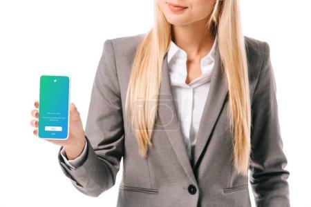 Photo pour Vue recadrée de femme d'affaires montrant smartphone avec application twitter, isolé sur blanc - image libre de droit
