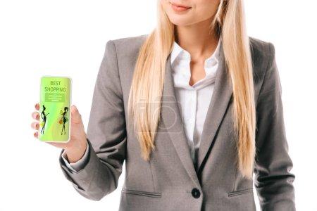 Photo pour Vue recadrée de femme d'affaires indiquant un smartphone avec meilleures boutiques app, isolé sur blanc - image libre de droit