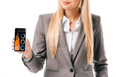 abgeschnittene Ansicht einer Geschäftsfrau, die ein Smartphone mit Grafiken zeigt, isoliert auf weiß