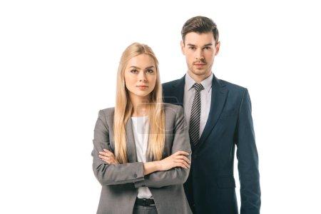 Photo pour Homme d'affaires confiant et femme d'affaires posant avec les bras croisés isolés sur blanc - image libre de droit