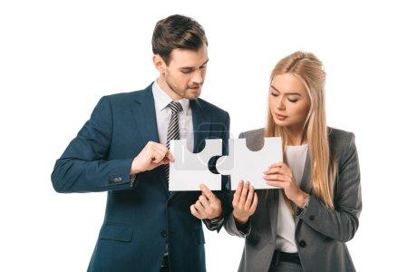 Photo pour Équipe d'affaires exécutif tenant des pièces de puzzle isolé sur blanc, concept de stratégie d'affaires - image libre de droit