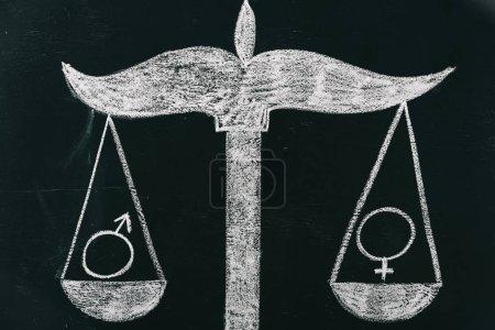 Photo pour Signes masculins et féminins sur les échelles dessin sur tableau, concept d'égalité des sexes - image libre de droit