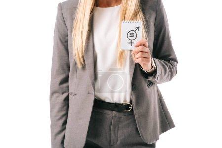 Photo pour Vue recadrée de femme d'affaires tenant signe d'égalité des sexes, isolé sur blanc - image libre de droit