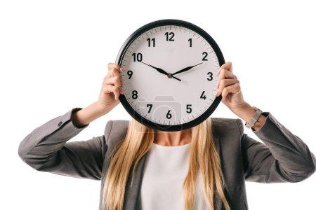 Photo pour Horloge de tenue de femme d'affaires face au visage, isolé sur blanc - image libre de droit