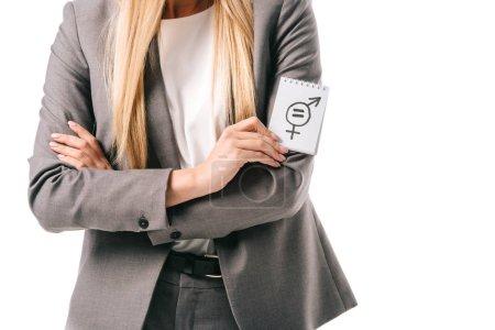 Photo pour Vue recadrée de femme d'affaires en costume tenant signe d'égalité des sexes, isolé sur blanc - image libre de droit