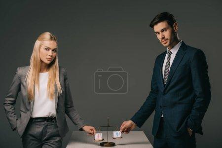 Photo pour Entrepreneurs professionnels avec des signes masculins et féminins sur les échelles de la justice, concept d'égalité des sexes - image libre de droit