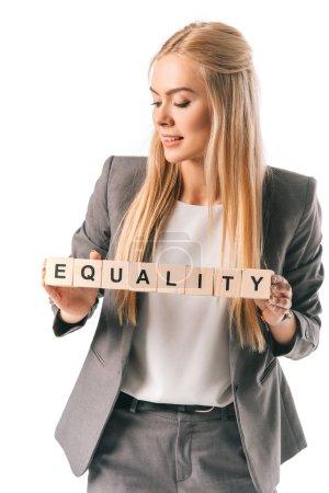 Photo pour Belle femme d'affaires détenant des cubes alphabet avec mot de l'égalité, isolé sur blanc - image libre de droit