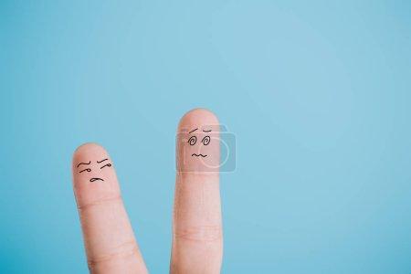 Photo pour Vue recadrée des doigts insatisfaits isolés sur bleu - image libre de droit