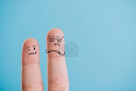 Photo pour Vue recadrée des doigts confus isolés sur bleu - image libre de droit