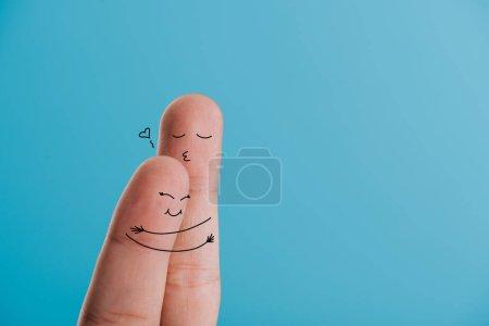 Foto de Vista recortada de la feliz pareja de dedos abrazándose aislado en azul - Imagen libre de derechos