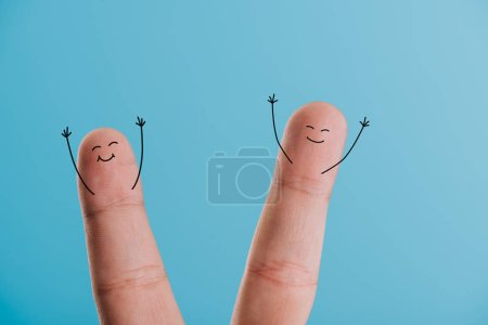 Foto de Vista recortada de dedos sonrientes emocionados aislado en azul - Imagen libre de derechos