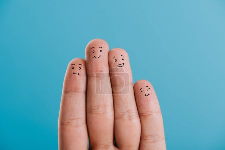 Foto de Vista recortada de la familia feliz dedos aislado en azul - Imagen libre de derechos