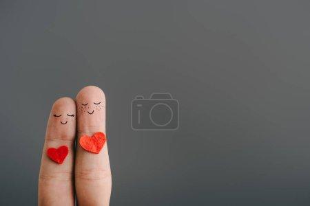 Foto de Vista recortada de la feliz pareja de dedos con los ojos cerrados aislados en gris, concepto de día de San Valentín - Imagen libre de derechos