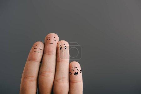 Foto de Vista recortada de la familia de los dedos tristes con el niño llorando aislado en gris - Imagen libre de derechos