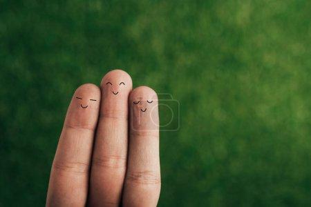 Foto de Vista recortada de sonrientes dedos humanos en verde - Imagen libre de derechos