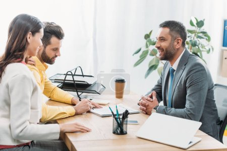 Photo pour Conseiller et femme assise à table wile investisseur signature document dans office - image libre de droit
