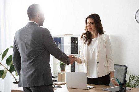 Photo pour Conseiller et investisseur dans costumes mains tremblante au milieu de travail - image libre de droit