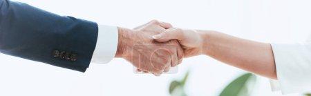 Photo pour Foyer sélectif de la femme et de l'homme serrant la main au bureau - image libre de droit