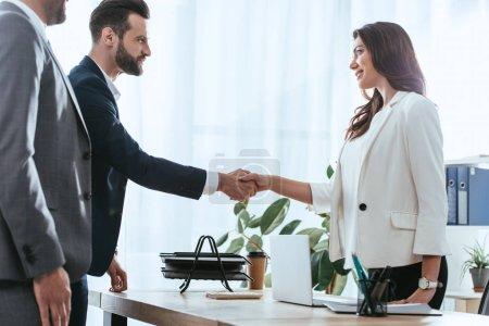 Photo pour Conseiller et investisseur dans costumes mains tremblante au bureau - image libre de droit
