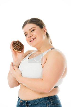 Foto de Mujer con sobrepeso feliz dona dulce aislado en blanco, el concepto de positividad de cuerpo - Imagen libre de derechos