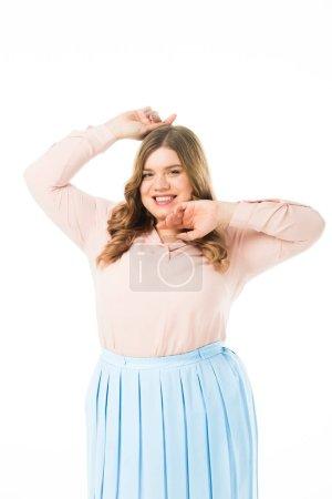 Foto de Feliz sonriente elegante mujer con sobrepeso posando con las manos cerca de la cara aislado en blanco - Imagen libre de derechos