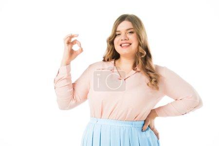 Foto de Feliz sonriente elegante mujer con sobrepeso mostrando ok signo aislado en blanco - Imagen libre de derechos