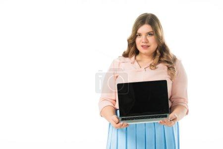 Foto de Atractivo más tamaño chica mostrando del ordenador portátil con pantalla en blanco aislado en blanco - Imagen libre de derechos
