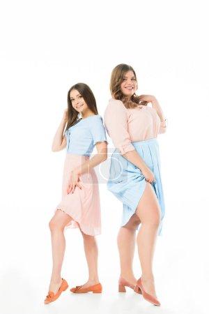 Foto de Sonriente elegante sobrepeso y delgadas mujeres posando aisladas en blanco - Imagen libre de derechos