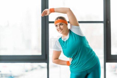 Photo pour Femme en surpoids joyeuse exercice sportswear - image libre de droit