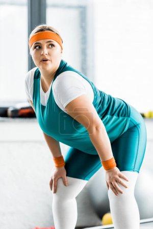 Photo pour Attrayant fille en surpoids dans l'entraînement de vêtements de sport dans la salle de gym - image libre de droit