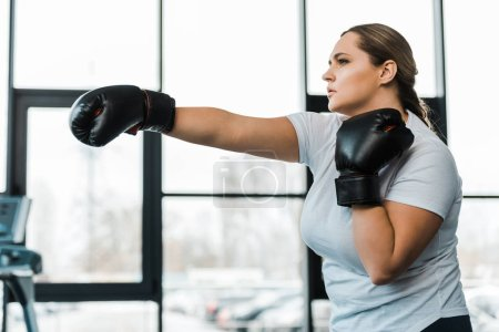 Photo pour Femme en surpoids grave, pratiquer le Kick-Boxing Gym - image libre de droit