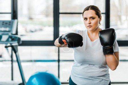 Photo pour Femme en surpoids grave, avec des gants de boxe pratiquer le Kick-Boxing Gym - image libre de droit